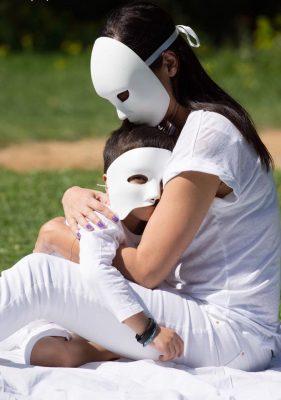 «Ο φόβος», το παιδί στην ασθένεια βρίσκει καταφύγιο στην αγκαλιά της μητέρας του